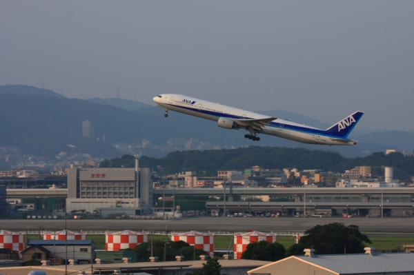 ANA B777-381 NH36@イオンモール立駐(by 40D with EF100-400)