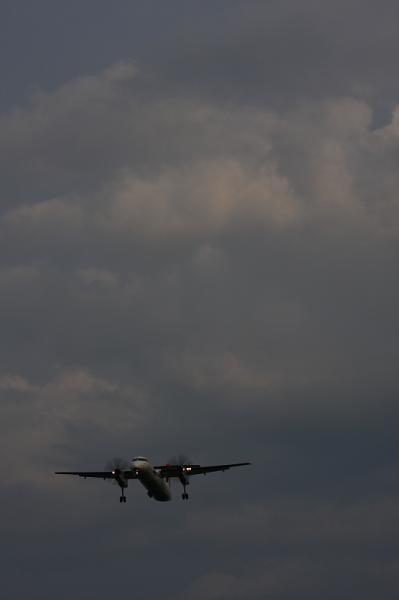 JAC DHC8-Q400 3X2440@RWY32Rエンド東水門(by 40D with EF100-400)