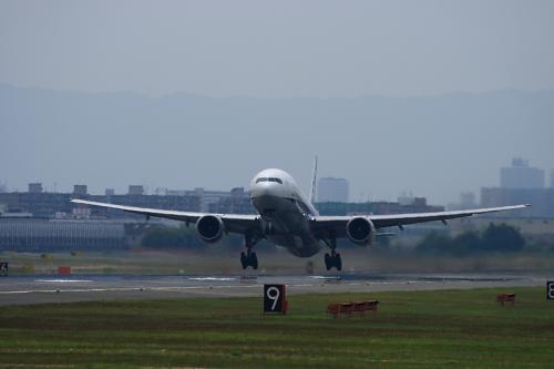 ANA B777-381 NH20@RWY14Rエンド猪名川土手(by EF100-400)