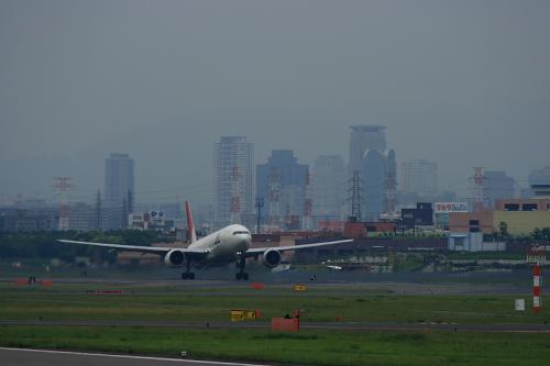 JAL B777-246 JL124@RWY14Lエンド(by EF100-400)