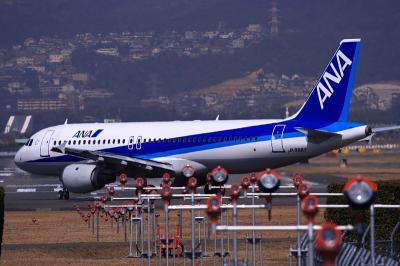 ANA A320 NH183@RWY32Rエンド(by EF100-400)