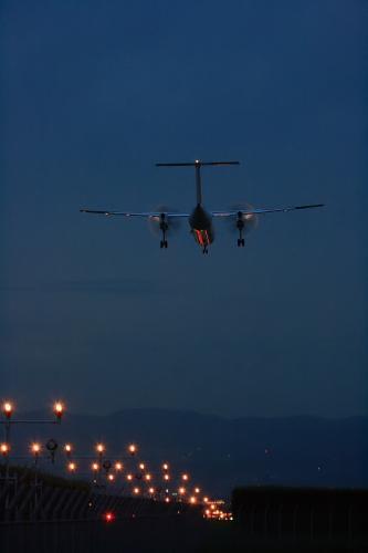 ANA DHC8-Q400 NH1608@RWY32Rエンド(by EF100-400)