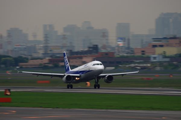 ANA A320 NH527@下河原緑地(by EF100-400)