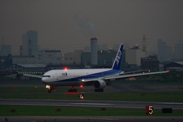 ANA B777-381 NH37@下河原緑地(by EF100-400)