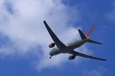 JAL B777-246 JL114@RWY14Rエンド脇再開発地区(by EF28-90)