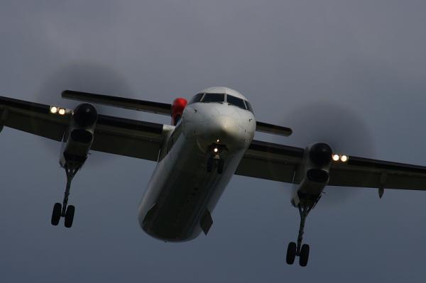 JAC DHC8-Q400 3X2056@RWY32Rエンド(by EF100-400)