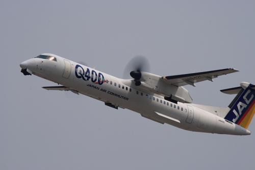 JAC DHC8-Q400 3X2363@RWY14Rエンド(by EF100-400)