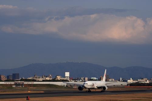 生駒山景 with JAL B777-246 Procyon JL126@伊丹スカイパーク