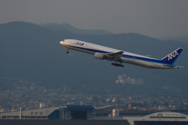 ANA B777-381 NH36@イオンモール立駐(by KDX with EF100-400)