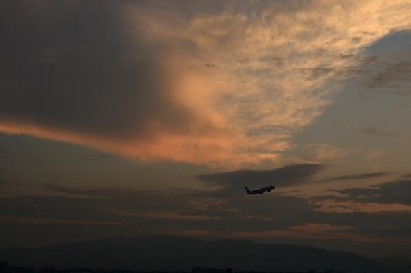 残照の夕空with ANA B777-381 NH38@ラ・ソーラ(by KDX with SIGMA 18-50)