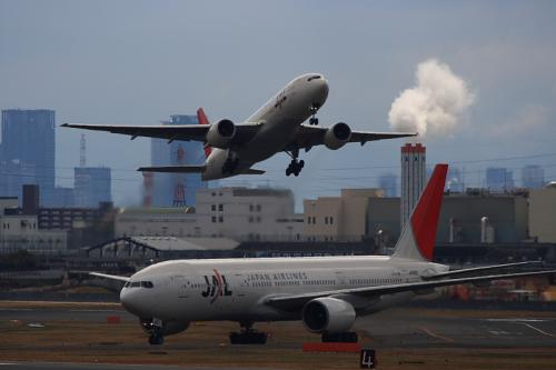 JAL B777-246 JL111&JL112@下河原緑地(by EF100-400)