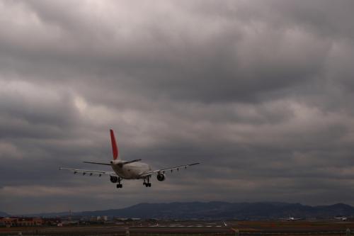JAL A300-600R JL111@千里川土手(by SIGMA 18-50)