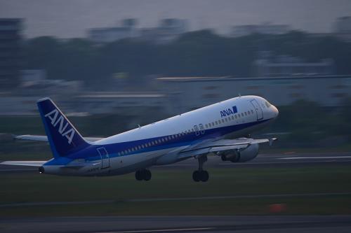 ANA A320 NH557@ラ・ソーラ(by EF100-400)