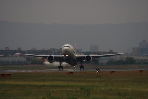 JAL B777-246 JL126@RWY14Rエンド(by EF100-400)