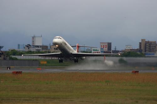 JEX MD-81 JC2383@RWY14Rエンド脇再開発地区(by EF100-400)