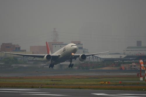 JAL B777-246 JL126@AFO(by EF100-400)