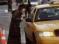 タクシーを捕まえる女性