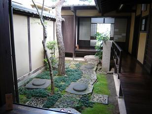 格子の家の庭