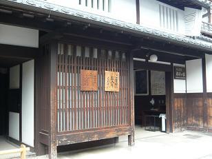 格子の家入り口