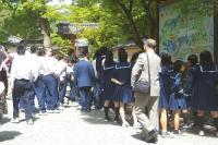 金閣寺での修学旅行生