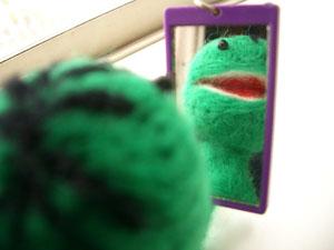 すいかぼんぼん鏡を見る