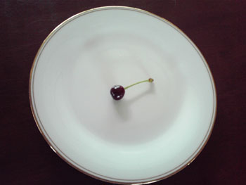 お皿の上のさくらんぼ