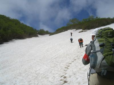 雪渓を見上げると