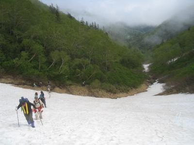 雪渓を見下ろすと