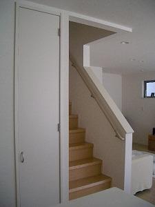 080317キッチンより階段.jpg
