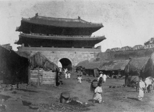 1897年のSeoul 南大門大通り 城門の前は商人の店
