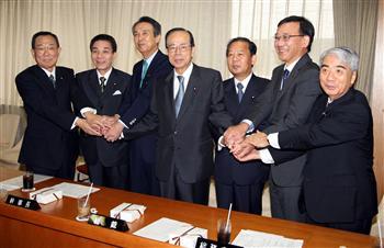 党三役らが福田康夫総裁を囲み握手した=24日午後0時20分、東京・永田町の自民党本部