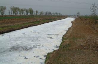 真っ白な川