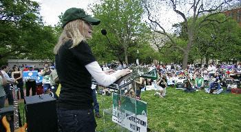 米ホワイトハウスの前でダルフール虐殺に抗議し演説する女優のミア・ファローさん