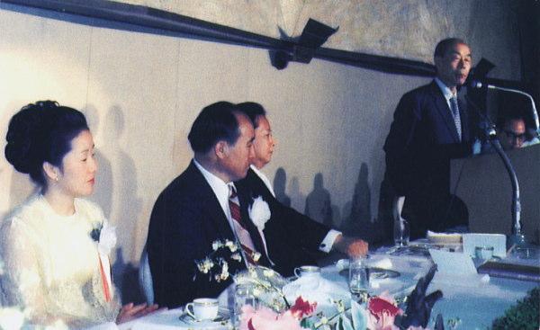 (右から)スピーチをする福田赳夫元首相、久保木修己・統一教会名誉会長、文鮮明(統一教会創始者)、韓鶴子(ハン・ハクジャ)女史(文鮮明夫人)
