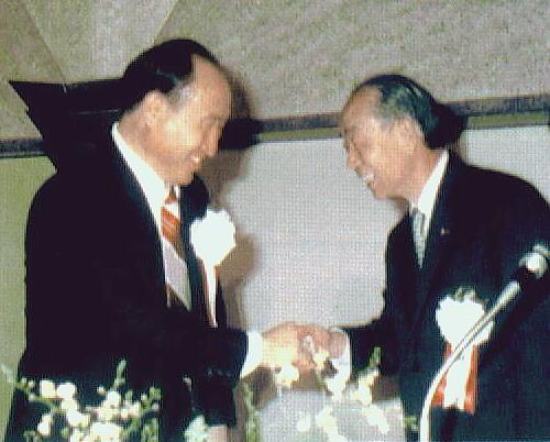 カルト統一協会の文鮮明と握手する福田(父)
