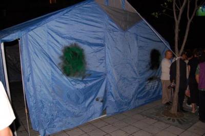 「救災専用」の文字が塗りつぶされたテント