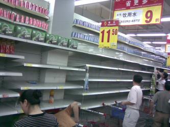 スーパーのミネラル・ウォーターを買いあさる住民たち