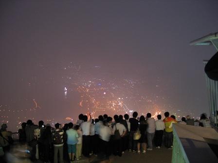 観光客と夜景