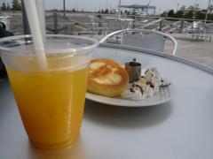 マンゴージュースとホットケーキ