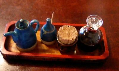 テーブルの上の調味料@桜家