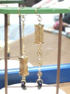 金色の灯篭と勾玉のピアス