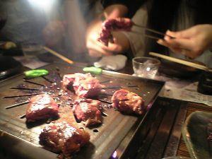 080806牛の蔵・はらみステーキを焼く岡田さん