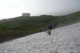 雪渓と狐穴小屋