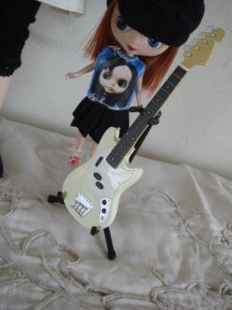 blythe with guitar2