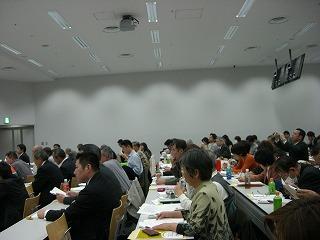 大教室いっぱいの参加者