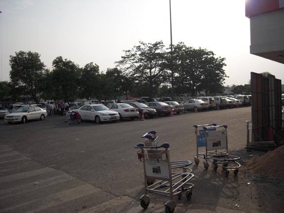 インディラ・ガンジー空港前