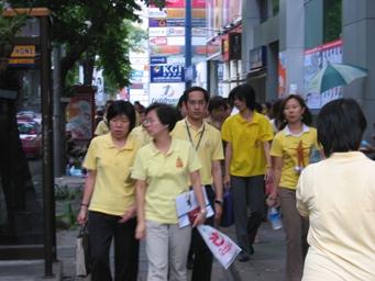 黄色の服を着た人々