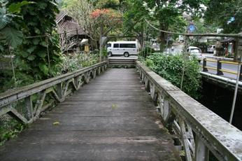 ウブドの渓谷に掛かる橋