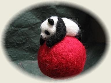 ボールに乗ったパンダ