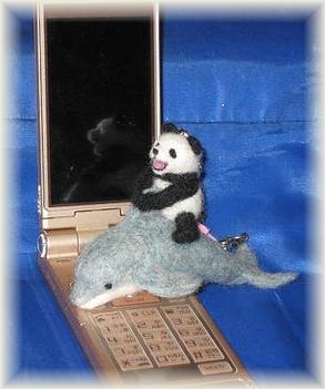 羊毛フェルト☆イルカに乗ったパンダのストラップ